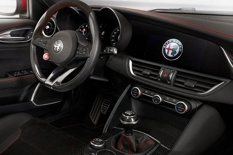 Alfa Romeo Giulia Saloon 2.2 TD 190PS Lusso Ti 4Dr Auto [Start Stop] [Driver Assistance Plus] inside view